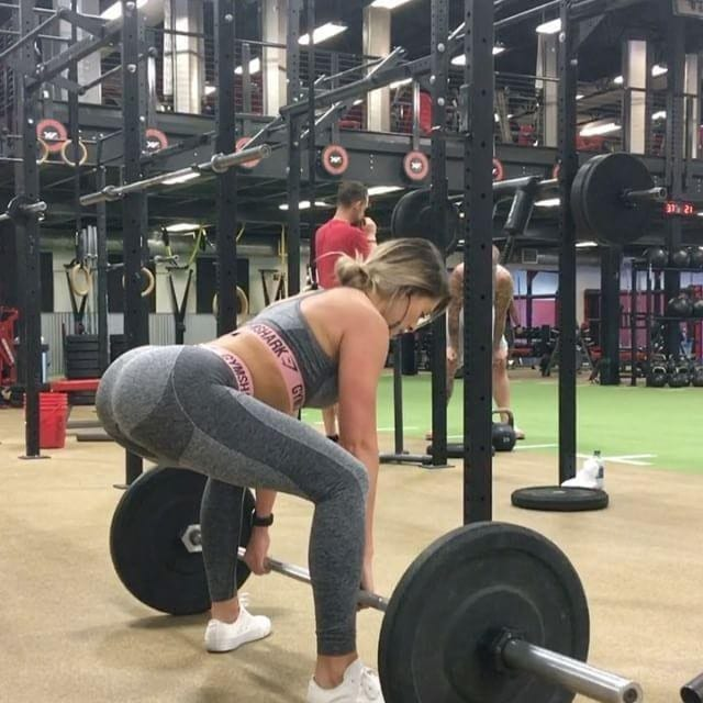 Woman doing a deadlift